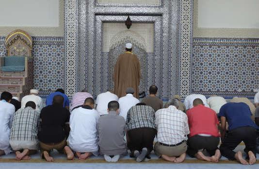 Prière à la grande mosquée de Strasbourg, au premier jour du ramadan, le9juillet 2013.