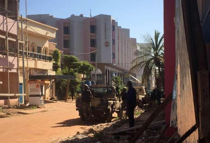 Des soldats maliens ont pris position autour de l'hôtel Radisson Blu, à Bamako, le 20 novembre.