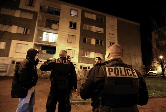 Des policiers patrouillent dans le quartier des Champs-Plaisants à Sens, où un couvre-feu a été instauré depuis le vendredi 20 novembre au soir.