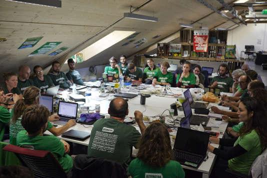Séance de travail de l'ONG Alternatiba en vue de la COP21, le 18 novembre, à Montreuil.
