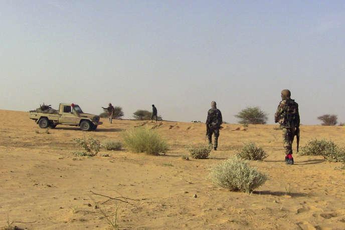 Des combattants du Mouvement national de libération de l'Azawad (MNLA), près de Tabankort, au nord de Gao, en février 2015.