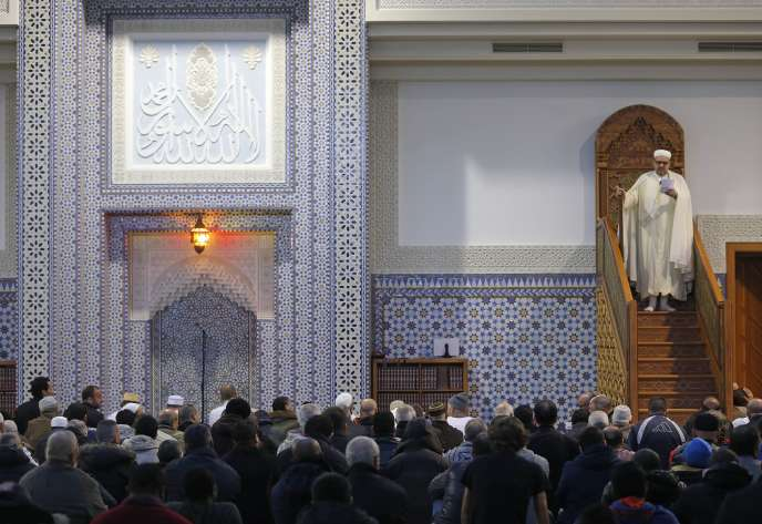 Prière à la grande mosquée de Strasbourg, le 20 novembre 2015.