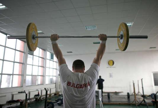 Un membre de l'équipe bulgare d'haltérophilie, au centre d'entraînement d'Asenovgrad, en 2008.