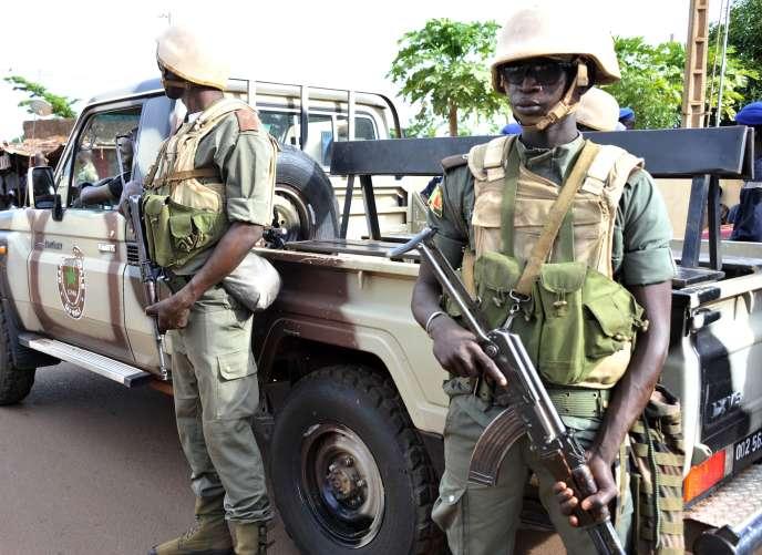 Des soldats postés dans les rues de Bamako (ici en août 2015), alors que la capitale malienne a subi vendredi 20 novembre une nouvelle attaque terroriste, à l'hôtel Radisson Blu.