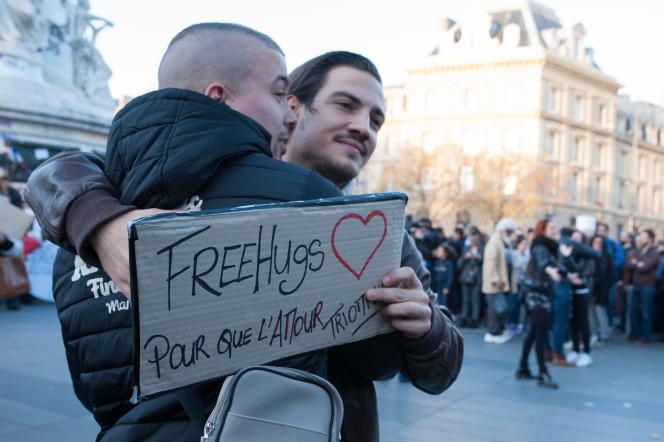 Sur la place de la République, à Paris, le 12 novembre 2015. Après le choc des attentats du 13 novembre, mieux vaut ne pas rester seul avec ses angoisses et en parler avec un proche ou un professionnel.