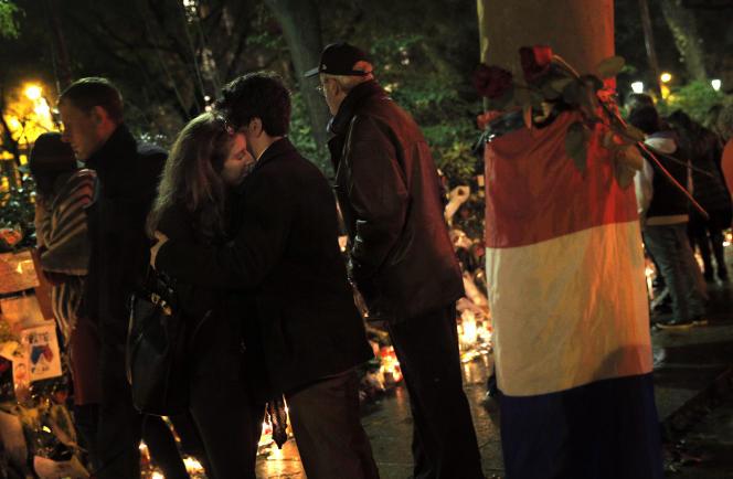 Un couple à proximité du Bataclan, le 20 novembre.