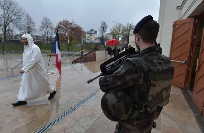 Un soldat français devant une mosquée à Strasbourg, le 20 novembre 2015.