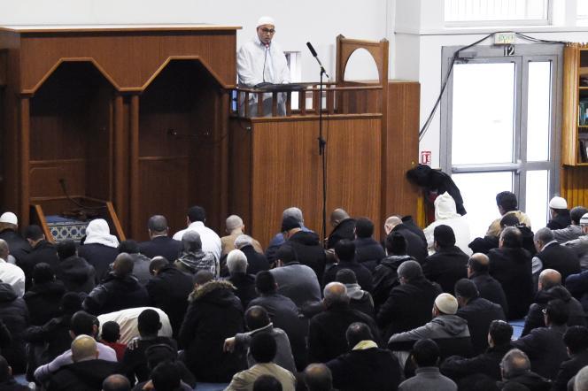 L'imam français Rachid Ahmed Jaballah délivre le prêche du vendredi 20 novembre à la Courneuve, en région parisienne. Le CFCM avait transmis un discours commun à toutes les mosquées pour le premier vendredi depuis les tueries à Paris et Saint-Denis.