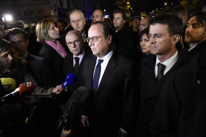 François Hollande,  Bernard Cazeneuve et Manuel Valls près du Bataclan dans la nuit du 13 novembre.