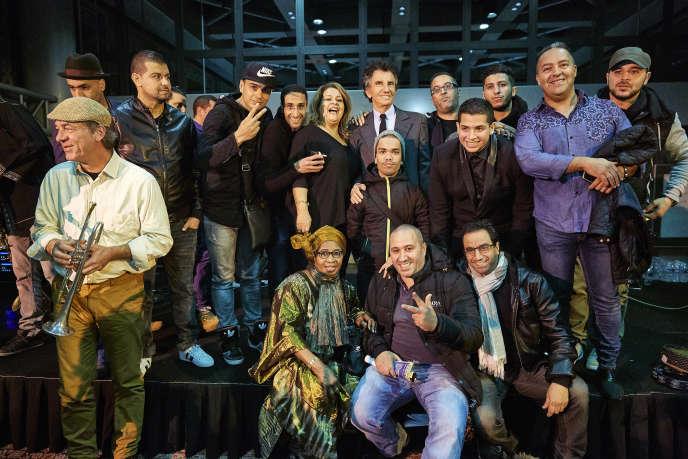 Jack Lang, président de l'Institut du monde arabe, avec à sa droite Chaba Fadela et les différents participants au concert des 30 ans du raï en France, à l'Institut du monde arabe à Paris.