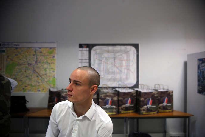Terry, 23 ans, au Centre de recrutement du Fort de Vincennes, jeudi 19 novembre.
