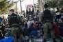 Des policiers macédoniens bloquent  des migrants à la frontière avec la Grèce, jeudi 19novembre.