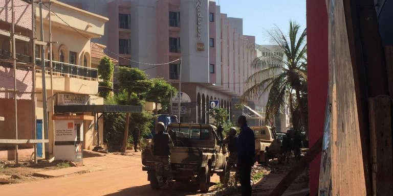 Des soldats maliens à l'extérieur de l'hôtel Radisson Blu à Bamako attaqué le 20 novembre par un groupe d'hommes armés.