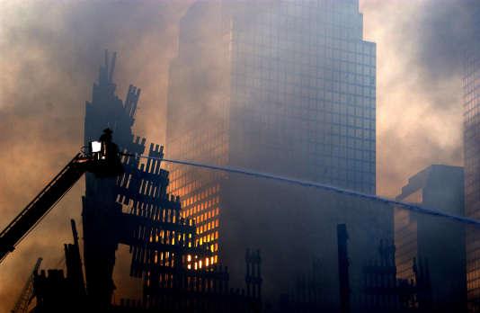 Pour Michael Walzer, les interviews des Parisiens dans la rue lui rappellent ce que les Américains vécurent le 11 septembre 2001 (Photo: Des pompiers continuent à lutter contre le feu sur les décombres des tours jumelles, à New York, le 19 septembre 2001).