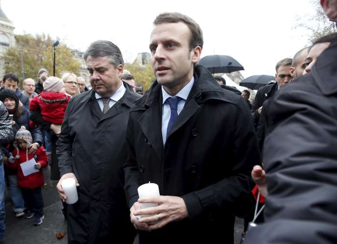 Le ministre de l'économie Emmanuel Macron et son homologue allemand Sigmar Gabriel placent une bougie place de la République en hommage aux victimes des attentats du 13 novembre.