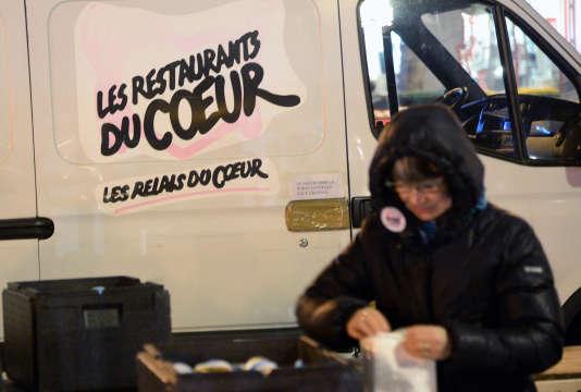 Une bénévole de l'organisation Les Restos du cœur à Paris, en novembre 2013.