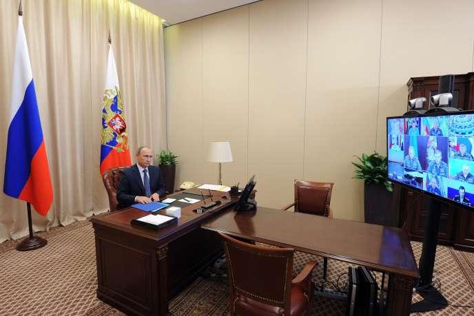 Vladimir Poutine lors d'une vidéo-conférence avec l'état-major de l'armée russe à la résidence de Novo-Ogarevo, près de Moscou, le 20 novembre.
