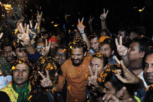 Des partisans de la Ligue Awami, le parti au pouvoir,  dans les rues de Dacca pour manifester leur satisfaction après l'annonce des pendaisons des deux dirigeants de l'opposition.