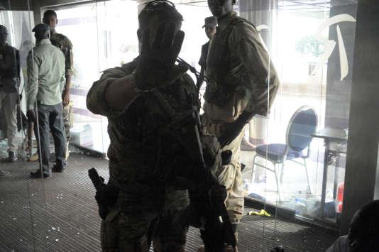 Des militaires des forces spéciales dans l'hôtel Radison de Bamako au Mali lors de l'attaque terroriste du 20 novembre 2015.
