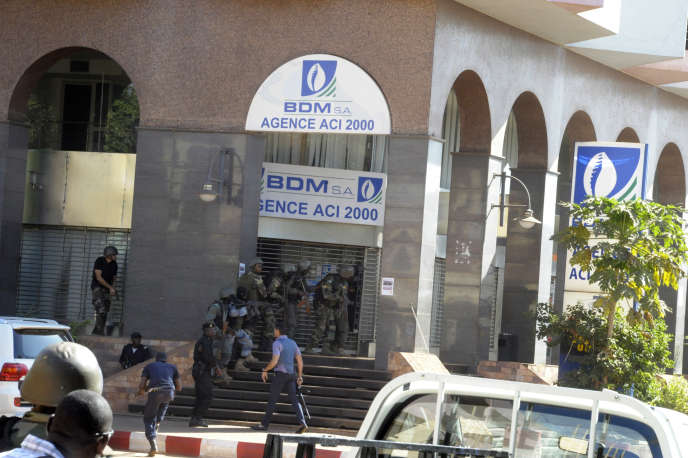 Forces spéciales de sécurité du Mali en faction autour de l'hôtel Radisson, vendredi 20novembre.