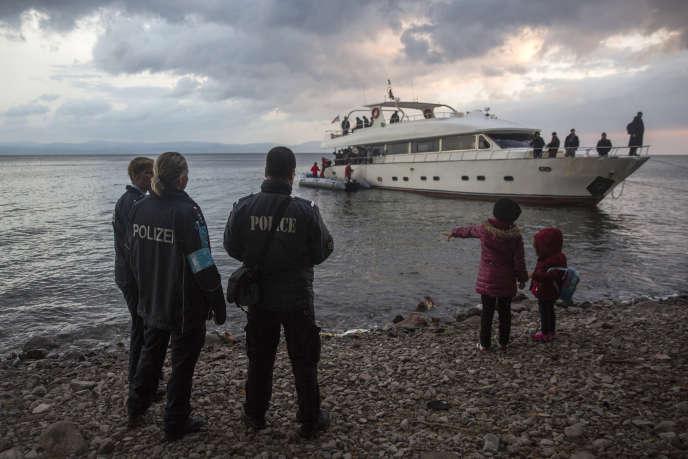 Des membres de l'agence Frontex devant un bateau de migrants à Lesbos, en Grèce. Le pays a fait appel au dispositif d'action rapide de l'Union européenne pour faire face au flux de migrants qui arrivent dans le pays.