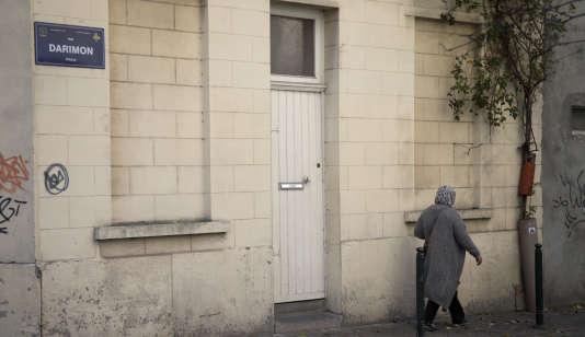 Une femme marche devant la maison de la famille du djihadiste Abdelhamid Abaaoud, à Molenbeek
