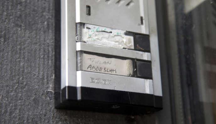 A l'entrée de l'immeuble où logeaient les frères Abdeslam, dans le quartier de Molenbeek près de Bruxelles.