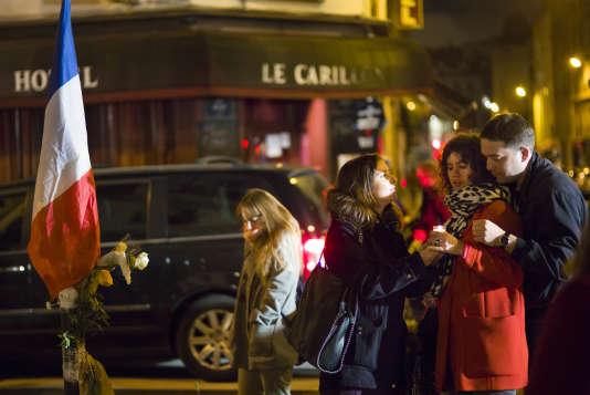 Rassemblement le 20 novembre devant le restaurant le bar le Carillon et le Petit Cambodge, en hommage aux victimes, une semaine après les attentats du 13 novembre.