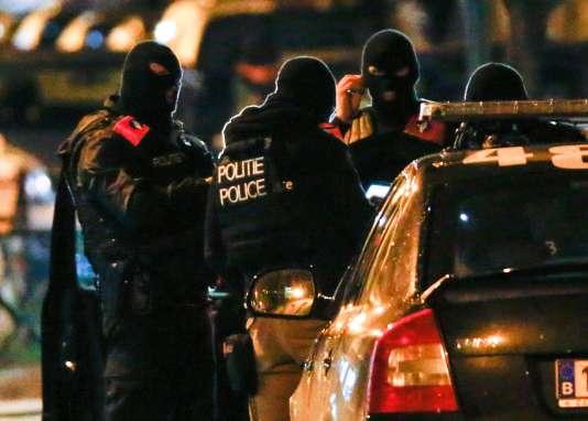 Les forces de police belge pendant une opération à Molenbeek, dans la soirée du dimanche 22 novembre, à Bruxelles.