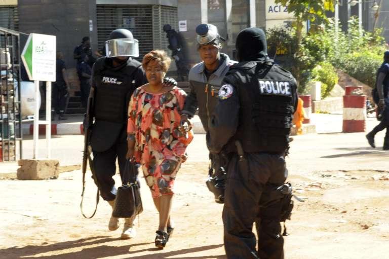 Une cliente de l'hôtel Radison de Bamako, évacuée durant l'attaque terroriste, le 20 novembre 2015.