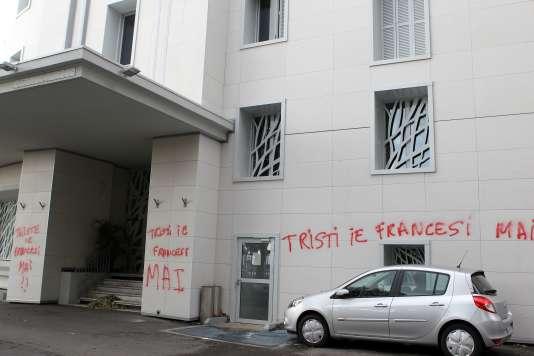 """La mairie de Bastia avait été recouverte de messages en corse avant la rencontre face à Ajaccio : """"Tristes, oui, Français, jamais"""" (""""Triste, ie, Francesi, mai"""")."""
