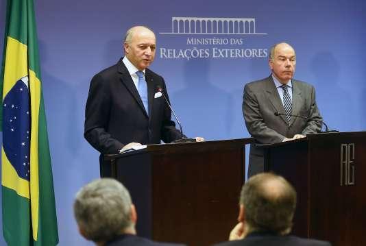 Le ministre français des affaires étrangères Laurent Fabius (à gauche) avec son homologue brésilien Mauro Vieira, à Brasilia, le 22 novembre.