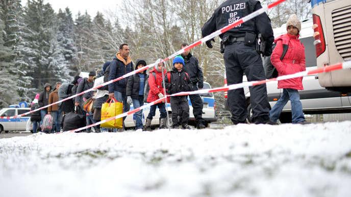 Des policiers allemands escortent des réfugiés à Passau, à la frontière entre l'Allemagne et l'Autriche, le 22novembre.
