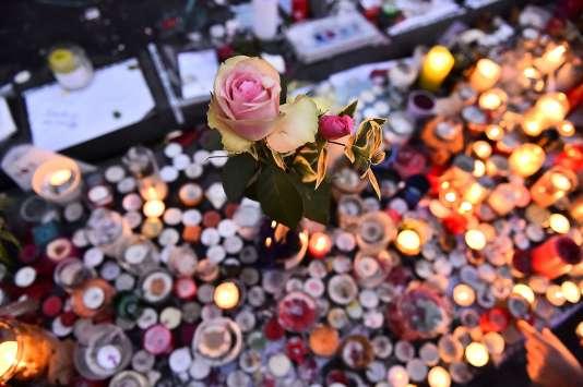 Fleurs et bougies en hommage aux victimes des attentats du 13 novembre, sur la place de la République, à Paris.