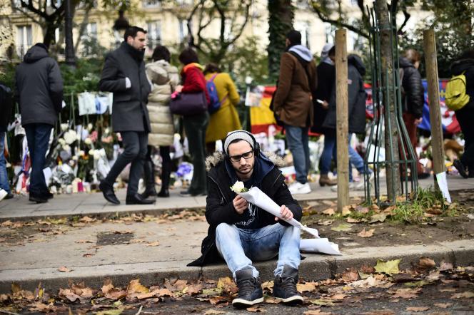 Un homme venu rendre hommage aux victimes des attentats du 13 novembre près du Bataclan, le 22 novembre 2015.