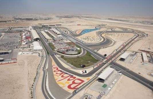 Construit près de l'université, au centre du Royaume de Bahreïn, le circuit de Sakhir se voit de plus en plus approché par l'urbanisme débridé