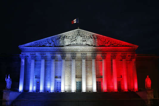 La façade de l'Assemblée nationale aux couleurs du drapeau français, le 22 novembre 2015.