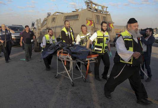 Le corps d'un Palestinien est évacué après qu'il a poignardé une jeune Israélienne près d'une colonie de Cisjordanie, le 22 novembre 2015.