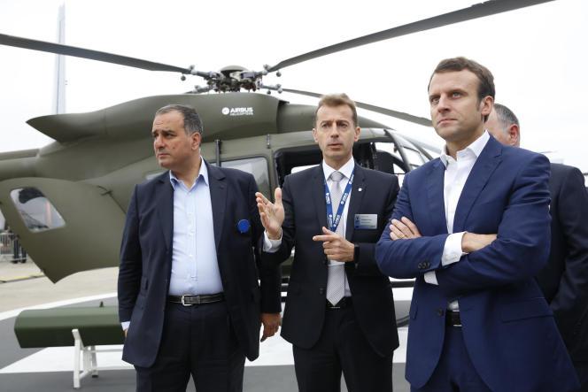 Marwan Lahoud, numéro deux d'Airbus, Guillaume Faury, PDG d'Airbus Helicopters, et Emmanuel Macron, ministre de l'économie, en juin au Bourget.