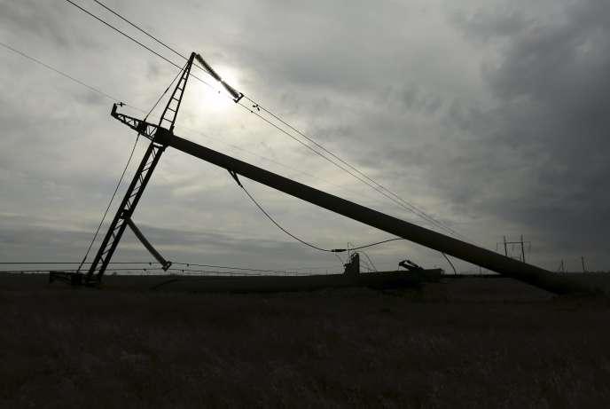 Un pylône électrique endommagé près d'un village de Tchonhar, dans la région de Kherson, en Ukraine, lundi.