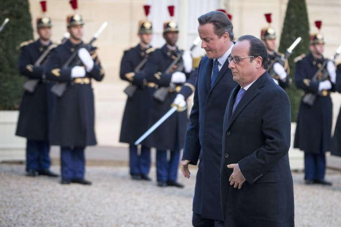 François Hollande accueille David Cameron dans la cour de l'Elysée, lundi 23 novembre.