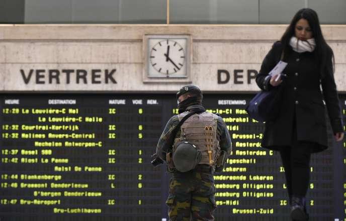Un soldat patrouille dans la gare centrale de Bruxelles, ledimanche 22 novembre.