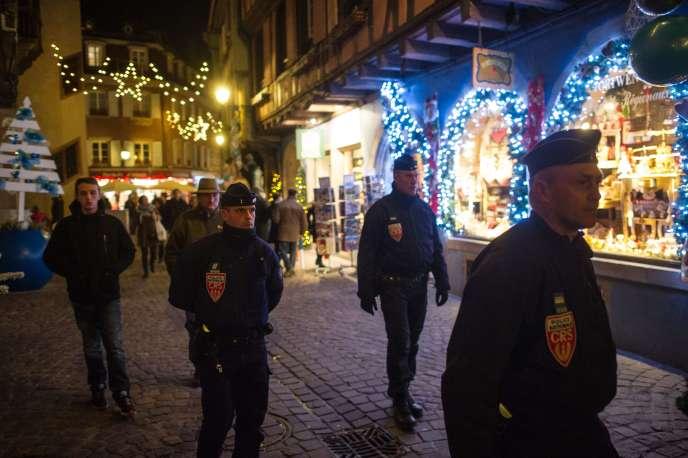 Des CRS patrouillent sur le marché de Noël de Colmar, le 21 novembre 2015.
