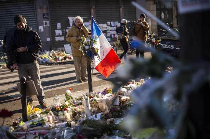 Mémorial aux victimes du 13 novembre, devant le Carillon, le 23 novembre 2015.