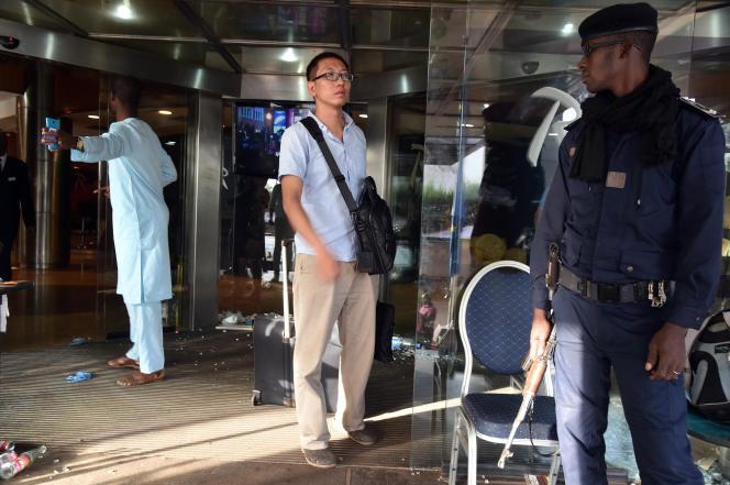 Dans l'entrée de l'hôtel Radisson Blu de Bamako, au Mali, après l'attaque terroriste qui a tué 19 personnes, dont trois Chinois, le 21 novembre 2015.
