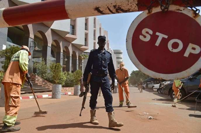 Un policier malien monte la garde devant l'Hôtel Radisson Blu, à Bamako, le 22 novembre.