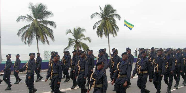 Défilé des jeunes de l'Académie militaire de Libreville, au Gabon, le 17 août 2012/