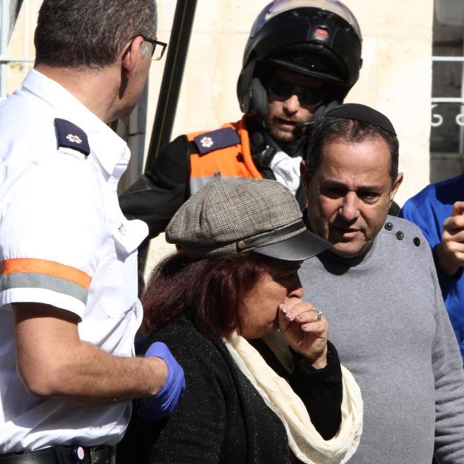 Prise en charge d'une Israélienne, témoin de l'attaque au couteau portée par deux adolescentes palestiniennes à Jérusalem, le 23 novembre.