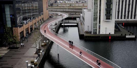 L'une des nombreuses pistes cyclables reliant la capitale du Danemark, Copenhague, avec sa banlieue via une série de ponts.