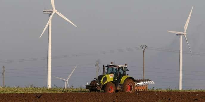 L'hebdomadaire satirique a affirmé mercredi 13avril que plus d'une éolienne sur deux en France ne serait raccordée à rien. Faux, répond ERDF.